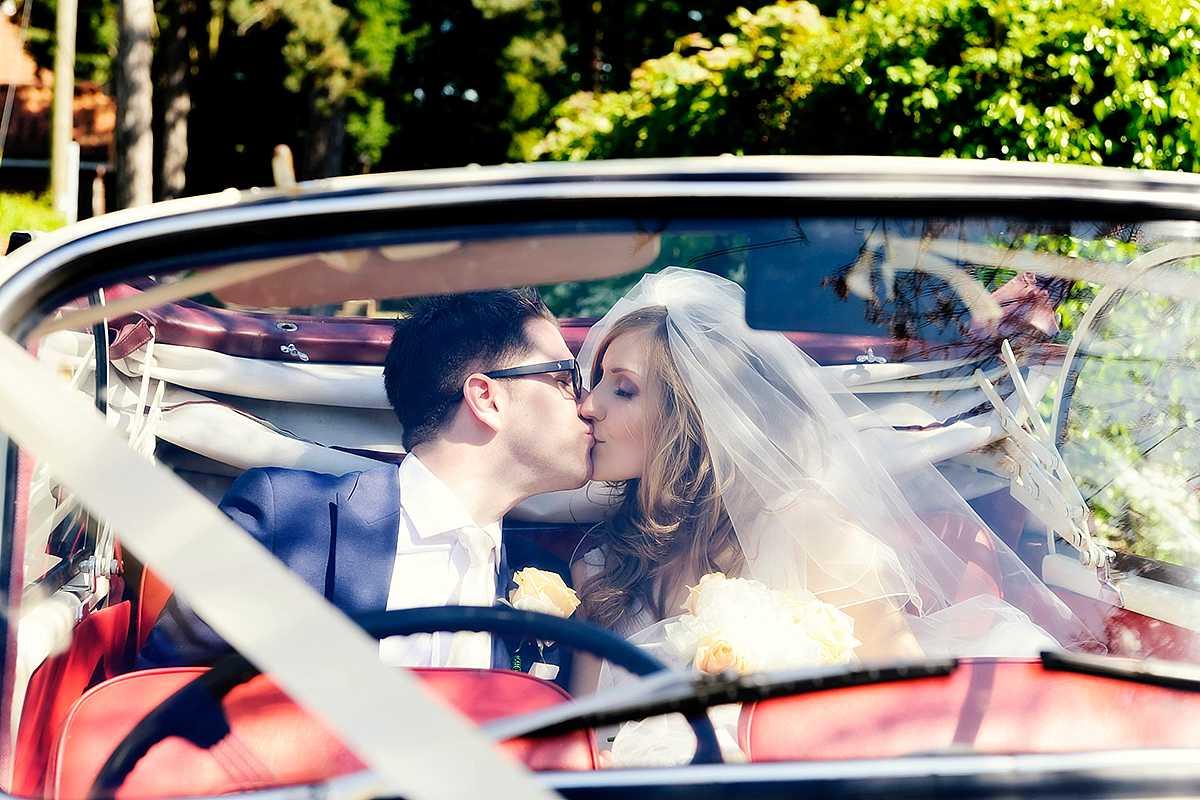 Bride-groom-wedding-car-morris-minor